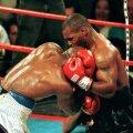 Momentul în care Myke Tyson îl muşcă de ureche pe Holyfield