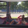Mariana Bitang şi Octavian Belu au coborît în momentul de faţă din autobuzul federaţiei. Rămîne de văzut dacă vor reveni // Foto: Raed Krishan