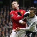Chiricheş (dreapta) a fost lovit în faţă de Rooney la acest contact violent, dar masca l-a protejat // Foto: MediafaxFoto/AFP