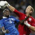 """Balotelli a simţit pumnul lui Hart (dreapta), portarul Angliei, în """"sferturile"""" CE 2012. Atunci însă, Italia s-a calificat (0-0 şi 4-2 la penaltyuri) // Foto: Reuters"""