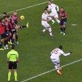 Mingea lui Balotelli (dreapta) depăşeşte zidul şi se opreşte în plasă: 1-1 // Foto: Guliver/GettyImages