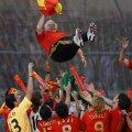 Luis Aragones, aruncat spre cer de jucătorii săi în iunie 2008, după ce Spania a cucerit Europa // Foto: Guliver/GettyImages