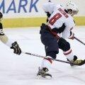 Alex Ovechkin (la puc), urmărit pe gheaţă de rivalul său, canadianul Sidney Crosby