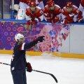 T.J. Oshie sărbătoreşte golul victoriei de ieri, în timp ce pe fundal ruşii au rămas încremeniţi la mantinelă // Foto: Reuters