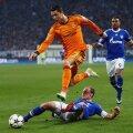 Ronaldo sare peste Howedes într-o cursă de obstacole. Cristiano şi Real au mai învins o dată cu 6-1 în deplasare în acest sezon: cu Galata, pe 17 septembrie // Foto: Guliver/GettyImages