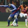 Torres (stînga) și Chedjou au marcat aseară la aceeași poartă și aproape din același loc // Foto: Reuters