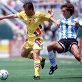 Batistuta (dreapta) îl vînează pe Dorinel Munteanu la World Cup 1994 // Foto: Guliver/GettyImages