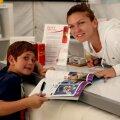 Simona Halep și un mic fan în timpul unei sesiuni de autografe la Indian Wells