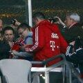 Honess, asaltat de fanii lui Bayern pentru autografe la ultimul meci pe Allianz // Foto: Reuters