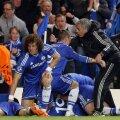 Mourinho (dreapta) îl îmbrăţişează pe Torres şi îi dă ultimele sfaturi. În spate, aşteaptă Eto'o
