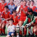 Boloni (în dreapta) sărbătoreşte unul din multele trofee alături de Mitică, pe care Belodedici îl ţine după gît // Foto: Arhivă GSP