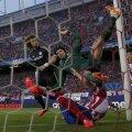 David Luiz (în negru) îl vede pe Cech zburînd necontrolat și aterizînd pe umăr.