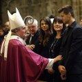 Adria (dreapta), băiatul lui Tito, alături de mama sa Montse și sora Carlota, e consolat de arhiepiscopul Barcelonei, Lluis Martinez Sistach Foto: Reuters
