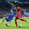 Atletico în atac, Chelsea chinuindu-se să respingă. Cahill reuşeşte să-l blocheze aici pe Diego Costa, dar nu poate împiedica înfrîngerea şi eliminarea // Foto: Guliver/GettyImages