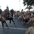 Poliţiştilor nu le vine să creadă că indienii îi întîmpină cu armele tradiţionale // Foto: Reuters