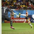 """Benzema îl execută printre picioare pe Benaglio. Putea face """"dubla"""" dacă arbitrul nu fluiera finalul!"""