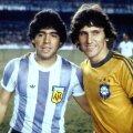 """Maradona (stînga) și Zico, """"perlele"""" Americii de Sud ajunse în Europa după CM '82: primul stabilise recordul de transfer al vremii, 7,6 milioane de euro, de la Boca la Barcelona"""