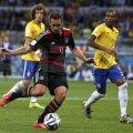 Klose marchează golul doi al nemţilor la 7-1 cu Brazilia // Foto: Reuters