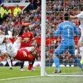 Ieri, foarfeca lui Rooney (în roşu) a fost unica rază de speranţă pentru fanii lui United // Foto: Reuters