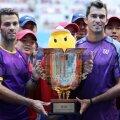 Julien Rojer și Horia Tecău cu trofeul de la Beijing, foto: reuters