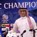 """Îmbrăcat ca un arab, în dishdasha, şi cu ochelari de soare, Reghecampf aşteaptă optimist returul finalei Ligii AFC. Şi un mesaj de la soţie pe Facebook: """"Good Luck, Al Hilal"""" // Foto: Facebook"""