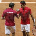 Federer și Wawrinka felicitîndu-se pentru victorie // Foto: Reuters
