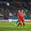 Lambert, în roșu, i-a luat fața lui Moți și trimite balonul în plasă
