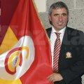 Gică Hagi şi steagul Galatei, una dintre echipele sale de suflet // Foto: Reuters