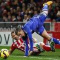 Hazard a scăpat ca prin minune după acest tackling asasin al lui Bardsley, care n-a fost eliminat // Foto: Reuters