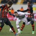 Douglas Costa (dreapta, faultîndu-l din spate pe Ribery) putea fi şi el eliminat în minutul 58, cînd l-a lovit cu mîna peste faţă pe francez // Foto: Reuters