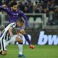 Salah, în violet, marchează de lîngă Padoin primul gol al Fiorentinei după o cursă de 70 de metri // Foto: Guliver/GettyImages