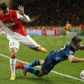 Acesta este Arsenal 2015, cu Alexis Sanchez plonjînd şi încercînd să păcălească arbitrul la duelul cu Dirar. N-a primit nimic // Foto: Reuters