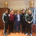 Marius Baciu, Valeriu Gurduza (vișiniu), Vazha Tarkhnishvili (centru), Răzvan Rotaru și Erik Lincar s-au pozat cu vitrina de trofee a clubului