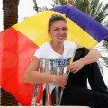 Simona Halep, tricolorul şi trofeul de la Indian Wells, pe care nu l-a putut ridica // Foto: Guliver/GettyImages