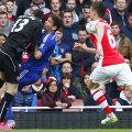 Portarul Arsenalului, Ospina, îl lovește pe Oscar, care reușise să lobeze balonul peste el. Arbitrul n-a văzut însă penalty // Foto: Reuters