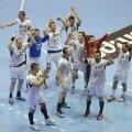 Băimărenii se bucură alături de fanii lor după titlul de campioni cucerit // Foto: Alex Nicodim