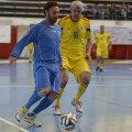 Schillaci (stînga), astăzi, într-un duel cu Tom Cristea la Floreasca. Un italian nu poate fi decît azzurro // Foto: Alex Nicodim