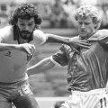 Ian Stewart (dreapta) într-un duel cu celebrul mijlocaș brazilian Socrates, la Mondialul din '86
