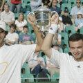 Horia Tecău (stînga) și Florin Mergea ridicînd trofeul de campioni la dublu juniori de la Wimbledon 2003 // Foto: Guliver/GettyImages