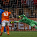 Cillessen atinge mingea lui Sigurdsson, dar ia gol la penalty // Foto: Reuters