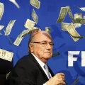 Pe 20 iulie, un comediant britanic a pătruns în sediul FIFA și a aruncat un teanc de dolari falși deasupra lui Sepp Blatter // Foto: Reuters