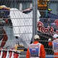 Maşina lui Carlos Sainz Jr. este extrasă din zidul de protecţie // Foto: Reuters