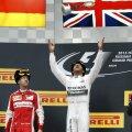 Căciula căzăcească, dar cu însemnele Pirelli, a fost în centrul atenției la festivitatea de premiere. Totul se întîmpla sub privirile reci ale lui Vladimir Putin, prezent, ca și anul trecut, la cursa de la Soci, probabil mulțumit, dar fără să o arate, că a adus Formula 1 acasă la el // Foto: Reuters