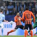 Rosenberg (în albastru) trage și îl bate pe Piatov. 1-0 Malmo // Foto: AFP