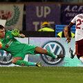 Gervinho trage, și Tătărușanu plonjează cu ochii închiși. 2-0 pentru Roma // Foto: Guliver/GettyImages