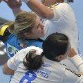 Line Jorgensen (în albastru) a avut de luptat din greu în tur cu Cristina Neagu și Dragana Cvijici // Foto: Alex Nicodim