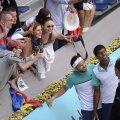 Florin Mergea şi Rohan Bopanna pozîndu-se cu fanii după cucerirea celui mai important titlu al lor, cel de la Madrid // Foto: Alex Nicodim