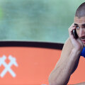 Karim Benzema, vorbind la telefon în cantonamentul Franței de la Clairefontaine // Foto: Reuters