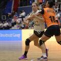 Un duel de Liga Campionilor între olandeza Louise Abbingh și Aurelia Brădeanu, interul stînga de la CSM // Foto: Alex Nicodim