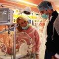 Horia Tecău, privind cu emoţie incubatorul în care se află un bebeluş cu probleme